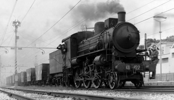 Locomotiva a vapore 640.122 in testa ad un treno di pietrisco per la massicciata
